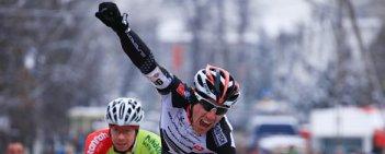 Marek Konwa (Superior Brentjens MTB Racing Team) wygrał wyścig męskiej elity i został nowym mistrzem Polski w kolarstwie przełajowym. Wśród orlików rywali zdeklasował Bartosz Pilis (MGLKS Błękitni Mexller Koziegłowy).