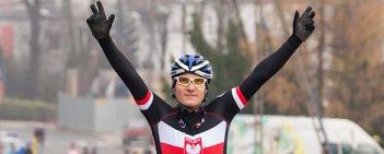 W Koziegłowach odbyła się kolejna edycja Pucharu Polski w kolarstwie przełajowym. W elicie mężczyzn po wygraną sięgnął reprezentant gospodarzy Bartosz Pilis, który na finiszu pokonał Marka Konwę (Superior). Trzecie miejsce dla doświadczonego Andrzeja Kaisera (Corratec).